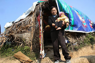 Anh Trần Đăng Tuấn thăm một túp lều có 6 đứa bé thuộc vào nghèo nhất thế giới. Ảnh: Cơm có thịt