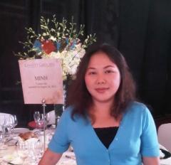 Chị Uyển Vi tham gia gala từ thiện.