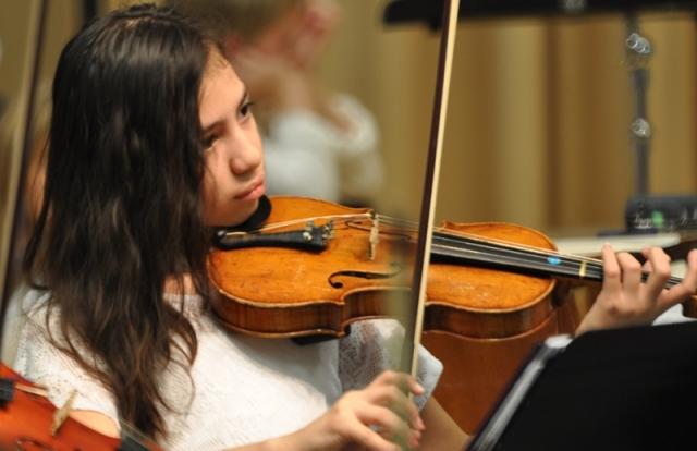 Nữ sinh lớp 5 violon. Ảnh: HM