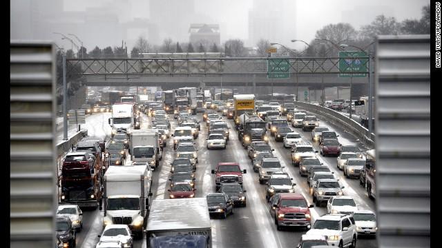 Atlanta tắc tị trong tuyết mỏng. Ảnh: CNN