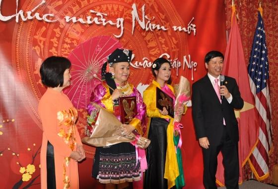 Đại sứ Nguyễn Quốc Cường cảm ơn các nghệ sỹ. Ảnh: HM