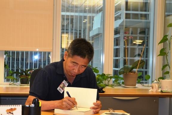 Huy Đức đang ký tặng sách ở Washington DC. Ảnh: HM