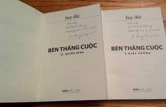 Hai tập  BTC có chữ ký của Huy Đức. Ảnh: Thanh Chung