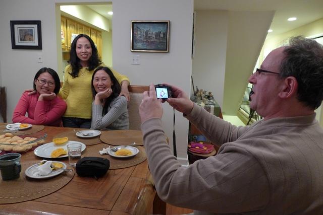 Anh Scott chụp ảnh các bạn của chị Quyên. Ảnh: HM