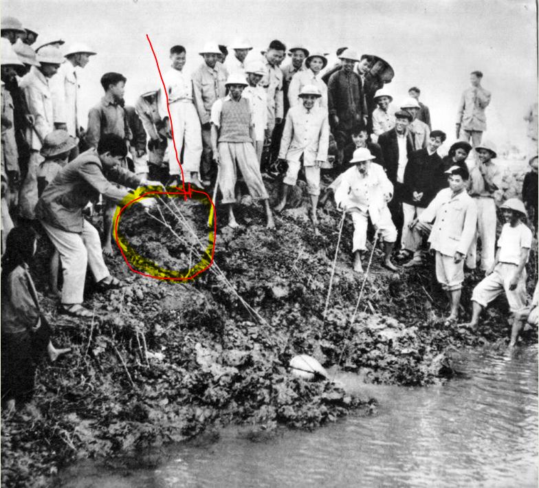 Vòng đỏ là chỗ nước hắt vào. Một anh cán bộ đứng bên phải đang phải nép vào anh  mặc đồ trắng