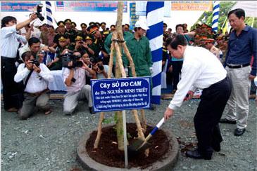 Chủ tịch Nguyễn Minh Triết trồng cây ở Cà Mau năm 2011.