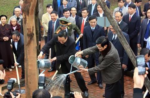 Chủ tịch TT Sang cũng trồng cây. Ảnh: internet