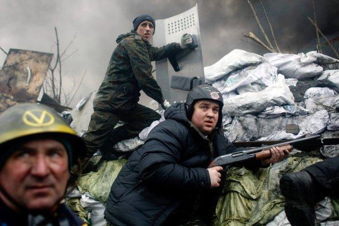 Dân biểu tình dùng súng tự tạo chống lại an ninh. Ảnh: Internet