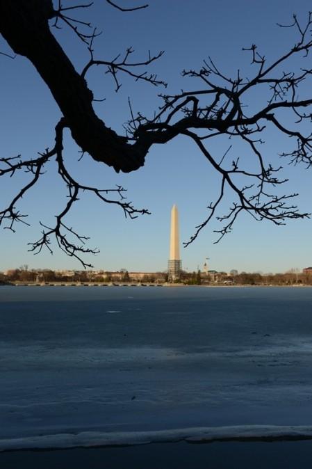 Bút chì nhìn từ hồ đóng băng. Ảnh: HM