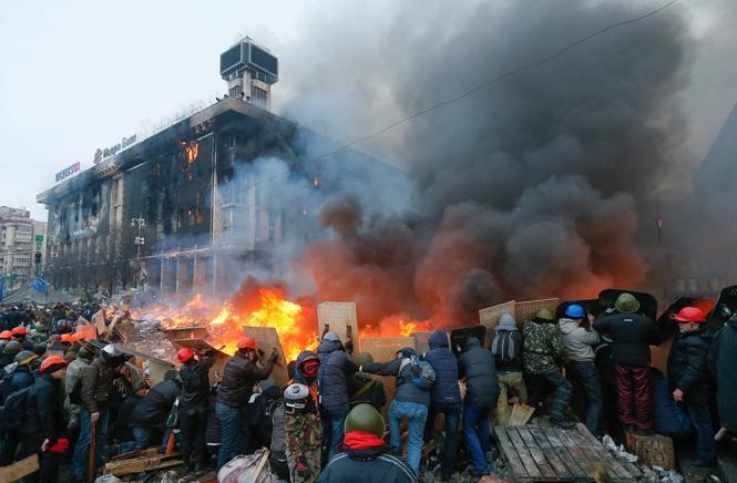 Khói lửa và bạo động trên Maidan. Ảnh: WP