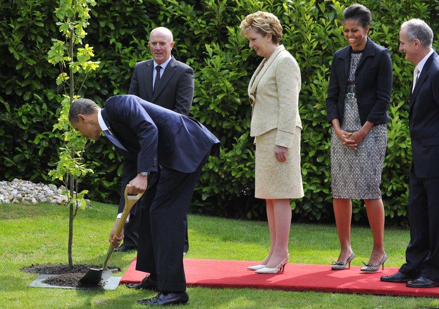 May-2011- Obama-trồng cây ở Ireland - nhà Tổng thủ tướng ở Dublin