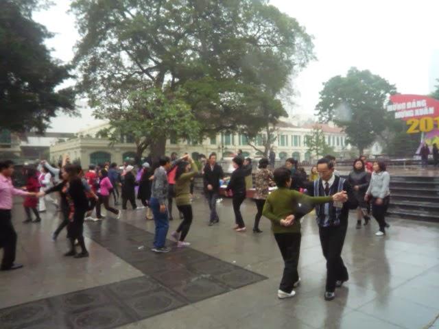 Nhảy múa trước tượng đài Lý Thái Tổ.