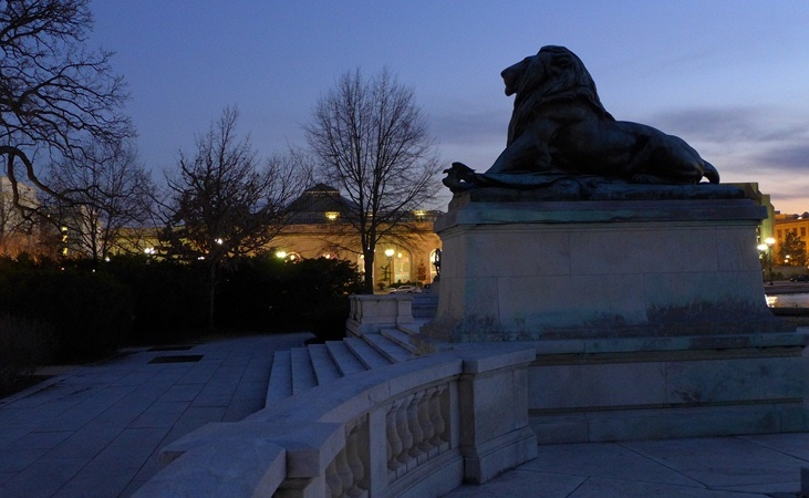 Nhà Quốc hội có sư tử canh. Ảnh: HM