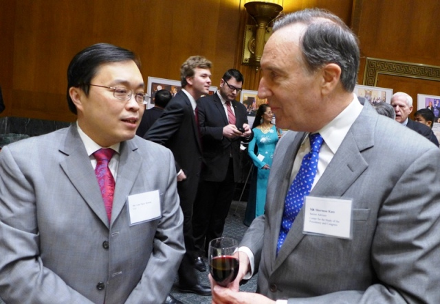 Sherman Katz và anh Lưu Ngọc Khang đang bàn Flappy Bird. Ảnh: HM