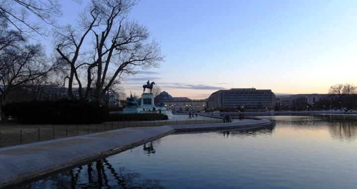 Tượng Ulysses S. Grant và hồ trước Capitol. Ảnh: HM