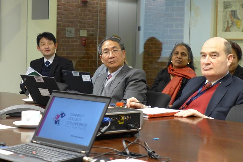 Văn Tiến Hùng (giữa) và Richard Spencer - chủ trì dự án điện VN. Ảnh: HM