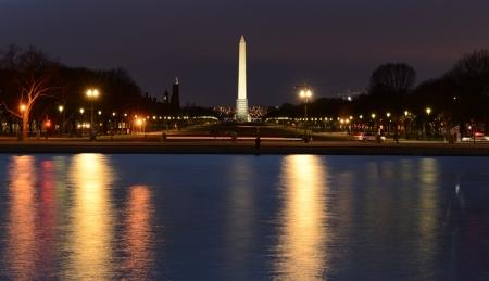 Hồ phản chiếu trước nhà Quốc hội. Ảnh: HM