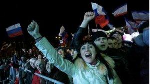 Niềm vui của người Nga ở Crimea. Ảnh: BBC