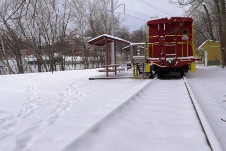 Tầu hỏa (mẫu) trong tuyết. Ảnh: HM