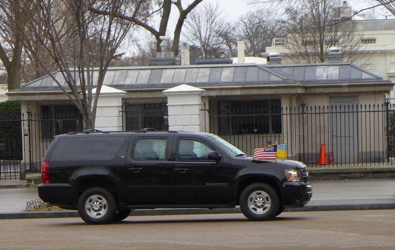 Xe chở thủ tướng Ukraine rời Nhà Trắng. Ảnh: HM