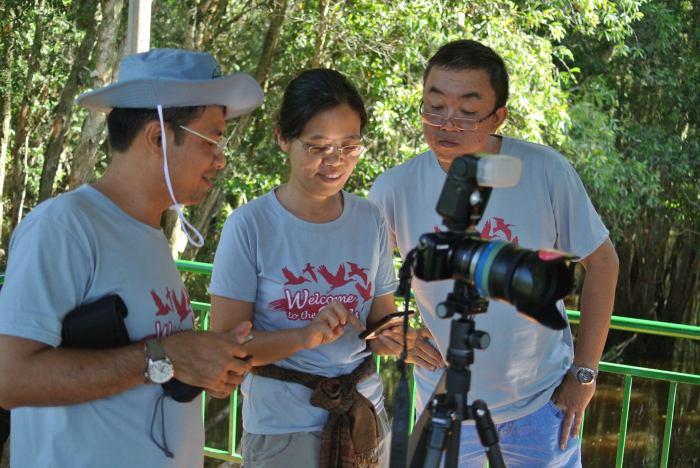 Chị Hoàng Thanh Hà (giữa) đang đi tìm chim. Ảnh: FB HT Hà