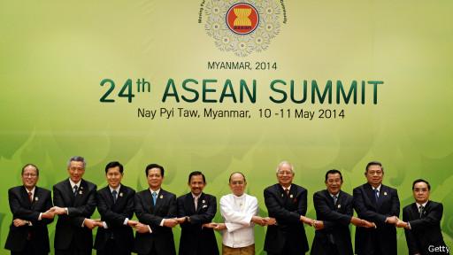 ASEAN năm tay trước mặt