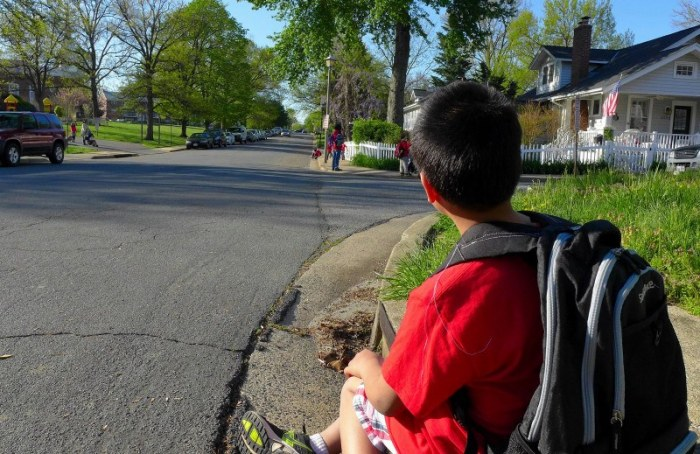 Cu Bin đợi xe bus đi học. Ảnh: HM