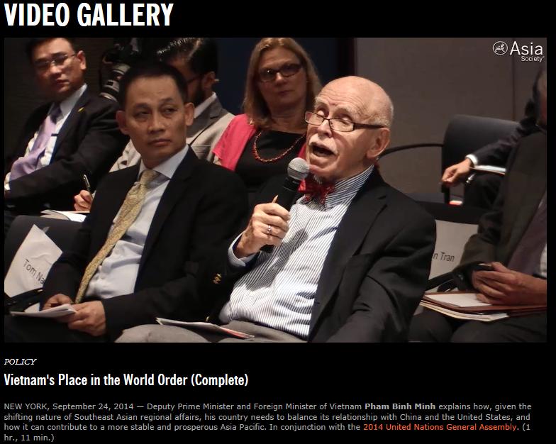 Cụ Cohen bên cạnh là Đs UN Lê Hoài Trung. Ảnh: từ clip