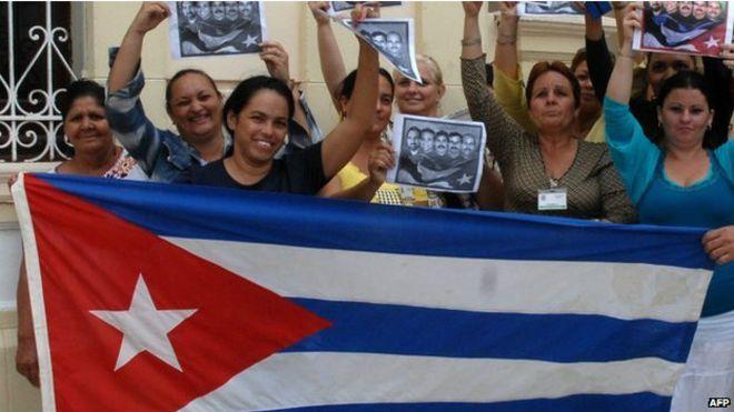 Dân Cuba nhảy múa đón mừng tin này. Ảnh: VOA
