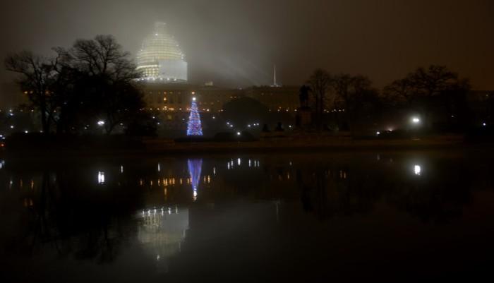 Đêm Noel sương mù đưa các cháu đi chơi. Ảnh: HM
