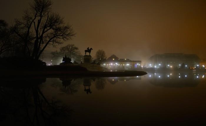 Hồ phản chiếu trong sương mờ. Ảnh: HM