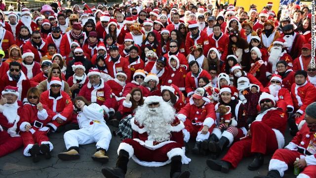 Santa hội đủ các tầng lớp, giới tính, tuổi tác. Ảnh: CNN