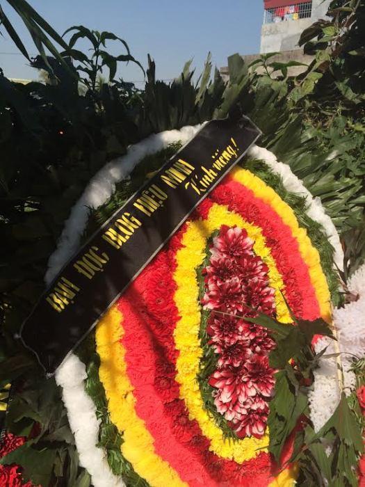 Vòng hoa kính viếng nhà văn Bùi Ngọc Tấn do bạn Duc mang tới 19-12-2014. Ảnh: Phạm Xuân Nguyên