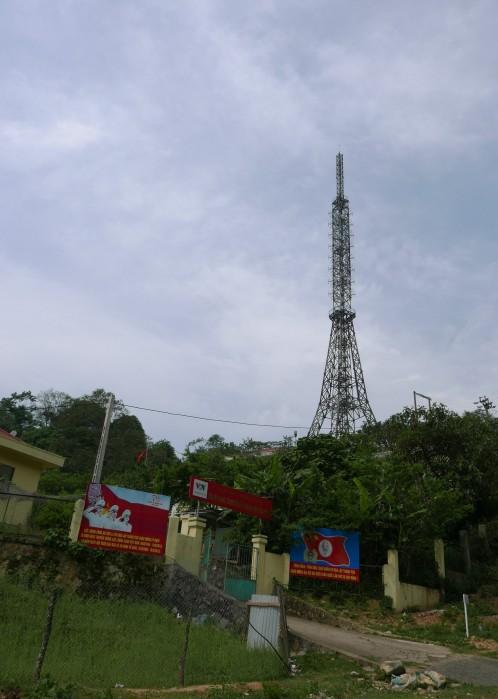Tháp VTV trên đỉnh Pha Đin. Ảnh: HM