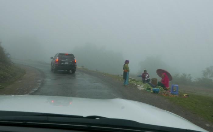 Đường đi trong sương mù. Ảnh: HM