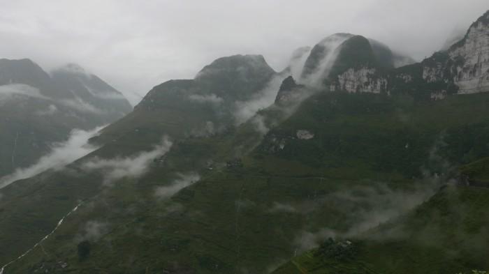 Mây mưa trên đỉnh đèo. Ảnh: HM
