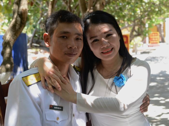 Nữ nghệ sỹ Thanh Loan và chiến sỹ trẻ Nguyễn Văn Dứa trên đảo Sinh Tồn. ẢNh: HM