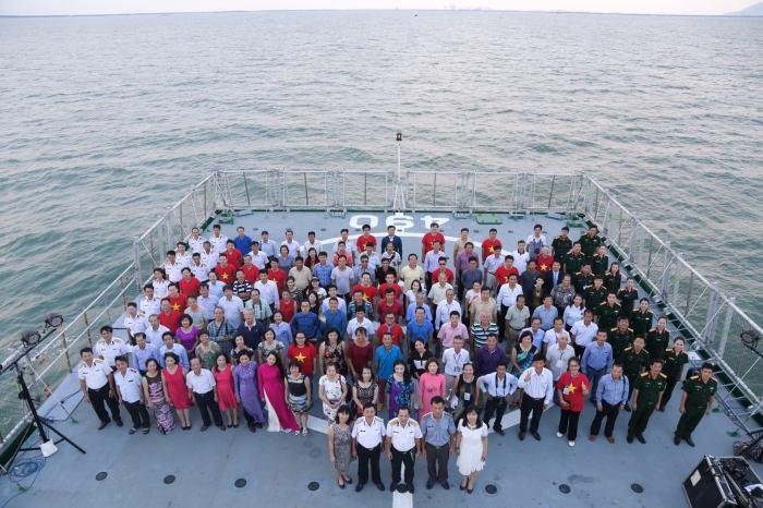 Toàn đoàn công tác trên tầu KN490. Ảnh: Chính Nhiếp ảnh.