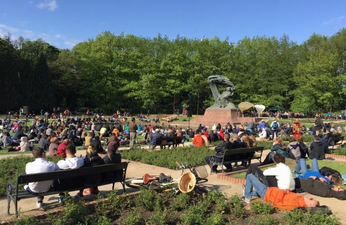 Biểu diễn nhạc Chopin trong công viên Lazienki. Ảnh: HM