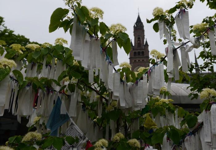 """Cổng ra vào có cây """"Imagine Peace with Tree - Tưởng tượng hòa bình với cái cây."""" Người thăm cứ viết những điều mong ước cho hòa bình và treo lên cây."""