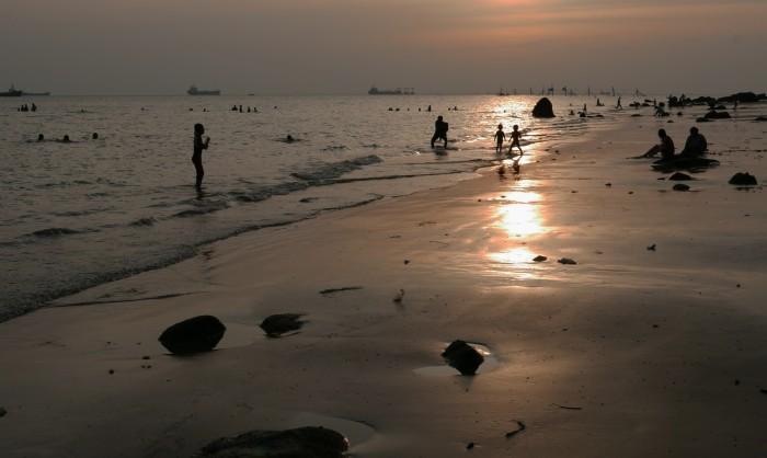 Bãi biển vắng người. Ảnh: HM