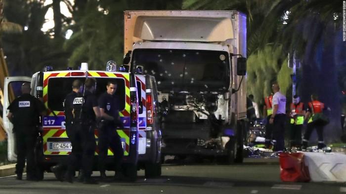 Chiếc xe bị bắn lỗ chỗ đạn. Ảnh: CNN