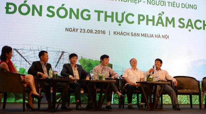 Cựu tù Đoàn Văn Vươn (phải) trả lời ca sỹ Mỹ Linh (áo đỏ). Ảnh: HM