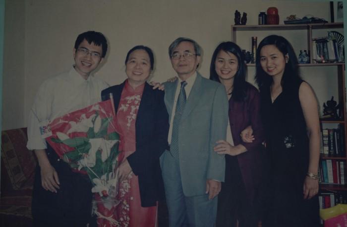 Một gia đình hanh phúc và thành đạt. Ảnh chụp từ album của gia đình kỷ niệm lúc giáo sư 70 tuổi.