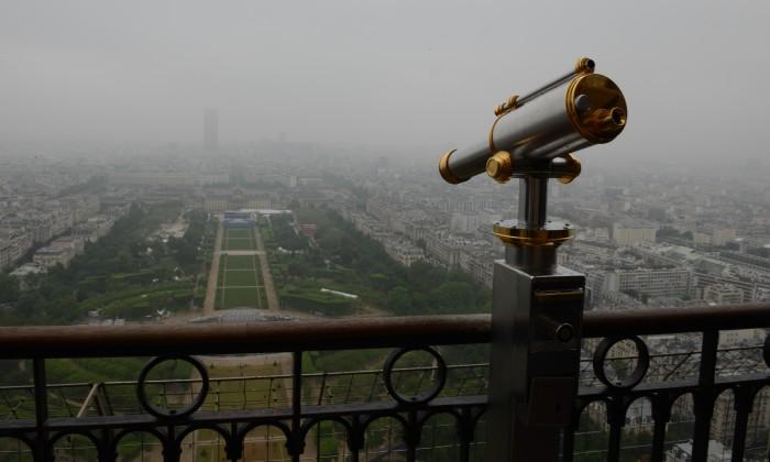 Trên tầng 2 của Eiffel. Ảnh: HM