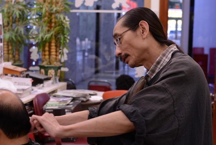 Chủ hiệu cắt tóc Hoàng Thơ 2. Ảnh: HM