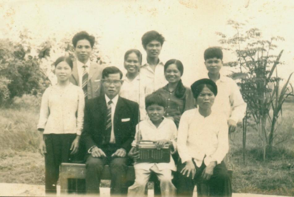 Gia đình năm 1974. Ảnh: HM chụp tự động.