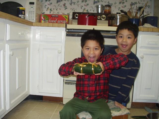 Bin và Luck và bánh chưng gói năm 2007. Ảnh: HM
