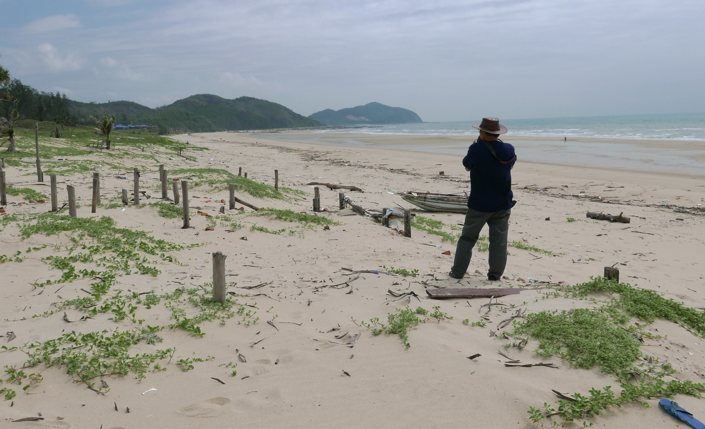 Nag Văn Tiến Hùng Tác Nghiệp Trên Bãi Biển Quan Lạn. Ảnh: Hm